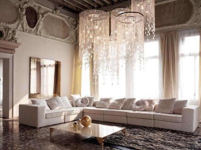 Большая люстра в классическом интерьере гостиной