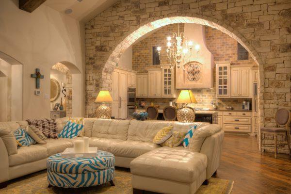 Натуральный камень в интерьере частного дома