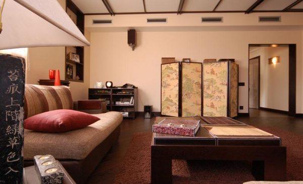 Ширма из рисовой бумаги в интерьере гостиной в японском стиле