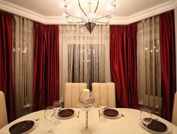 Красно белые шторы из ткани разной фактуры