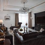 Черная мебель в классическом интерьере гостиной