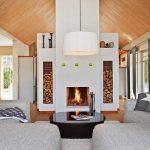Большой камин - центральный элемент дизайна скандинавской гостиной