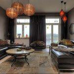 Черные кожаные диваны в интерьере серой гостиной