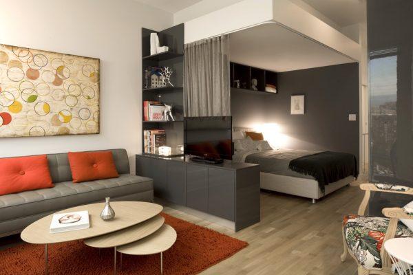 Контрастное окрашивание стен в гостиной спальне