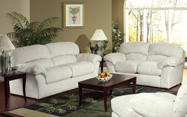 Белая кожаная мебель в гостиной