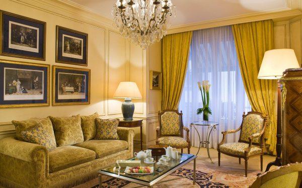 Желтые оттенки в классической гостиной.