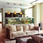 Зонирование кухни и гостиной с помощью аквариума.