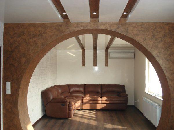 Широкая арка-круг в помещении с низкими потолками