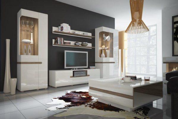 Белая глянцевая мебель в интерьере гостиной