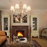 Классический стиль гостиной с камином и телевизором