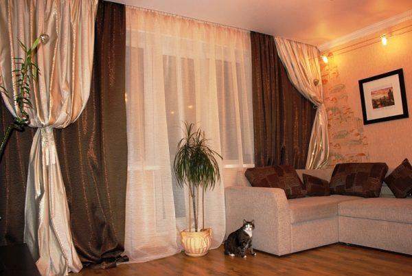 Классическийдизайн гостиной с двухцветными шторами