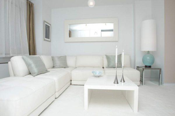 Интерьер белоснежной гостиной в стиле модерн
