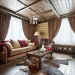 Деревянный потолок в гостиной в стиле кантри