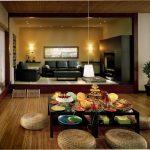 Бонсай, травяные циновки в интерьере гостиной в японском стиле