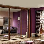 Шкаф купе с зеркалами в интерьере гостиной спальни