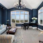 Синие стены, светлая мебель в интерьере гостиной