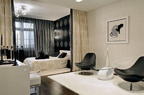 Черно-белая гостиная-спальня с перегородкой из штор