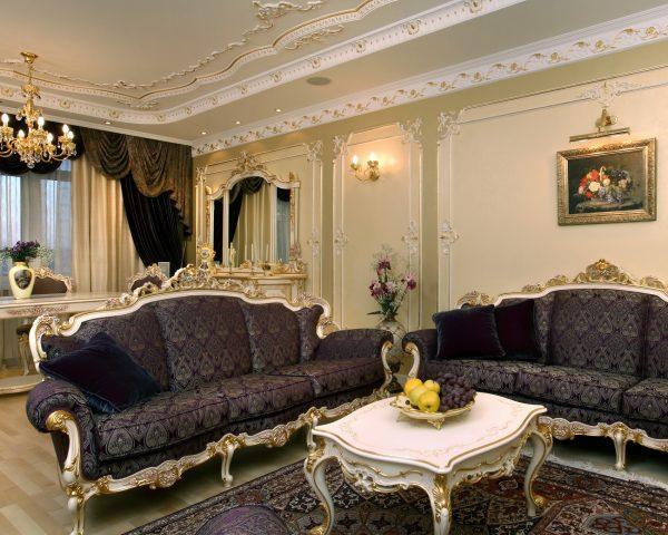 Лепнина, позолота, резные ножки у мебели - характерные черты классического интерьера