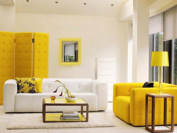 Сочетание белого и желтого цвета в интерьере гостиной