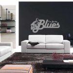 Темно-серые стены и белая мебель в гостиной