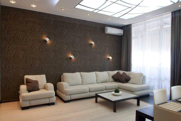 Контрастное сочетание белой мебели и коричневых стен в гостиной