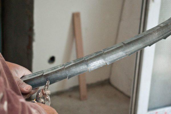Надрезаем профиль ножницами по металлу