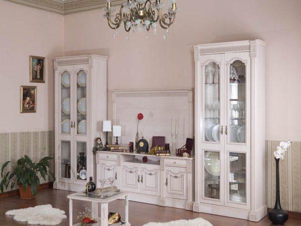Сочетание бледно розовых стен с белой мебелью