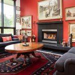Бордовые стены и черная мебель в гостиной