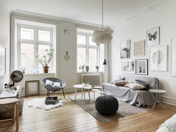 Большие окна без штор в скандинавской гостиной