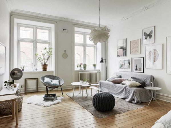 Отсутствие штор на окнах в гостиной в скандинавском стиле