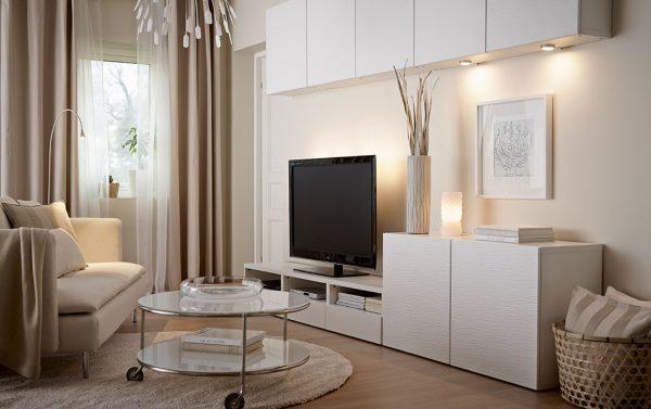 Белая мебель в бежевой гостиной