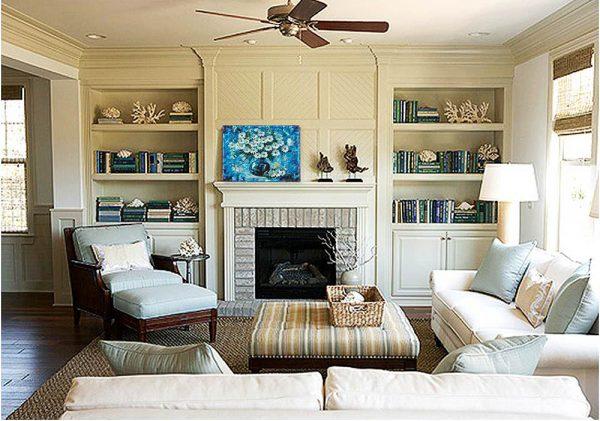 Мягкие кресла и диван возле камина в гостиной