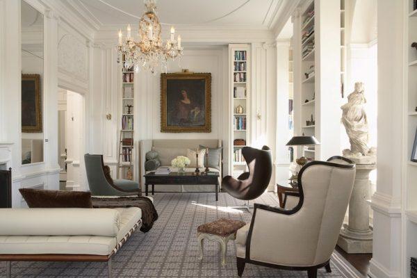 Белый цвет в классической гостиной.