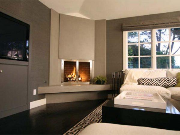 Интерьер гостиной с угловым электрокамином
