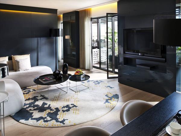 Современная гостиная с темной мебелью.