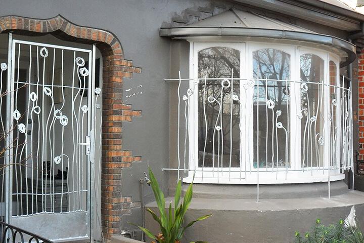 """Картинки по запросу """"Металлические решетки на окна: необходимая каждому дому защита"""""""